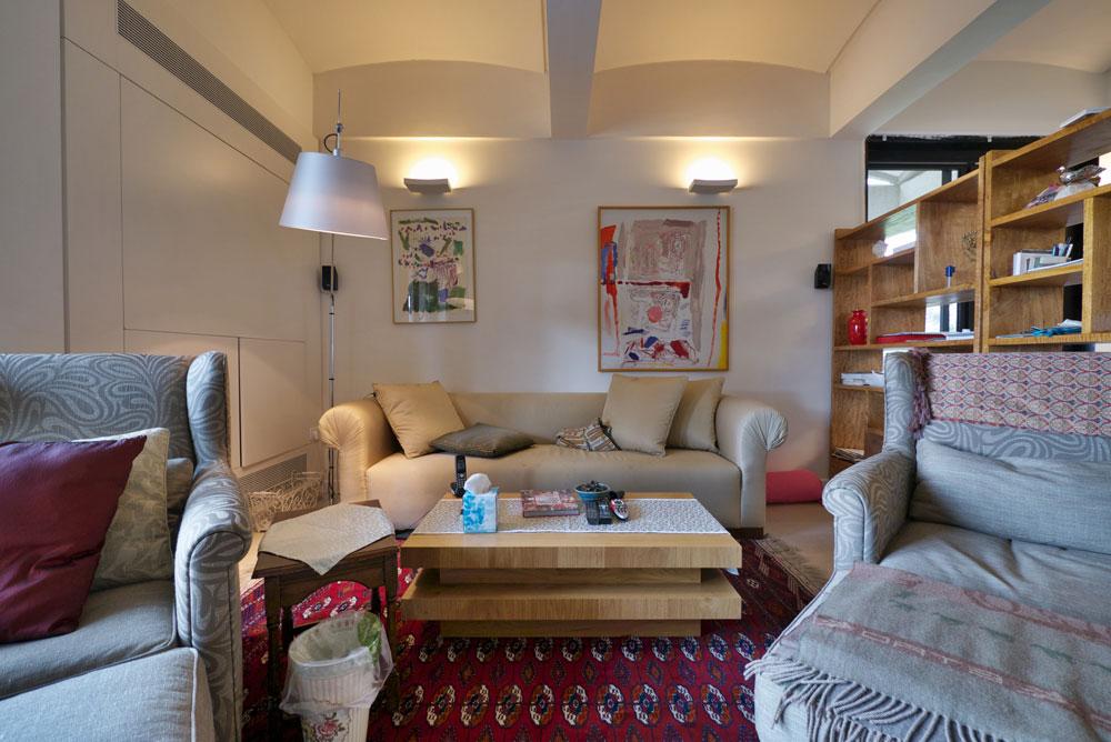 הדירה הפרטית של הנשיא ורעייתו קטנה ופשוטה. פינת הטלוויזיה כוללת שתי כורסאות, שולחן קפה וספה רחבה. מעליה תלויים שני ציורים של לאה ניקל (צילום: איתי סיקולסקי )