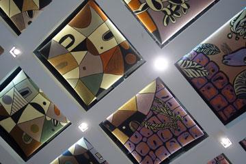 התקרה באולם הטקסים: 63 לוחות אסבסט עם ציורים של נפתלי בזם (צילום: מיכאל יעקובסון)