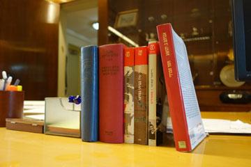 ששת הספרים המונחים על שולחן העבודה של הנשיא (צילום: מיכאל יעקובסון)