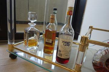 משקאות בפינת האוכל הפרטית (צילום: מיכאל יעקובסון)