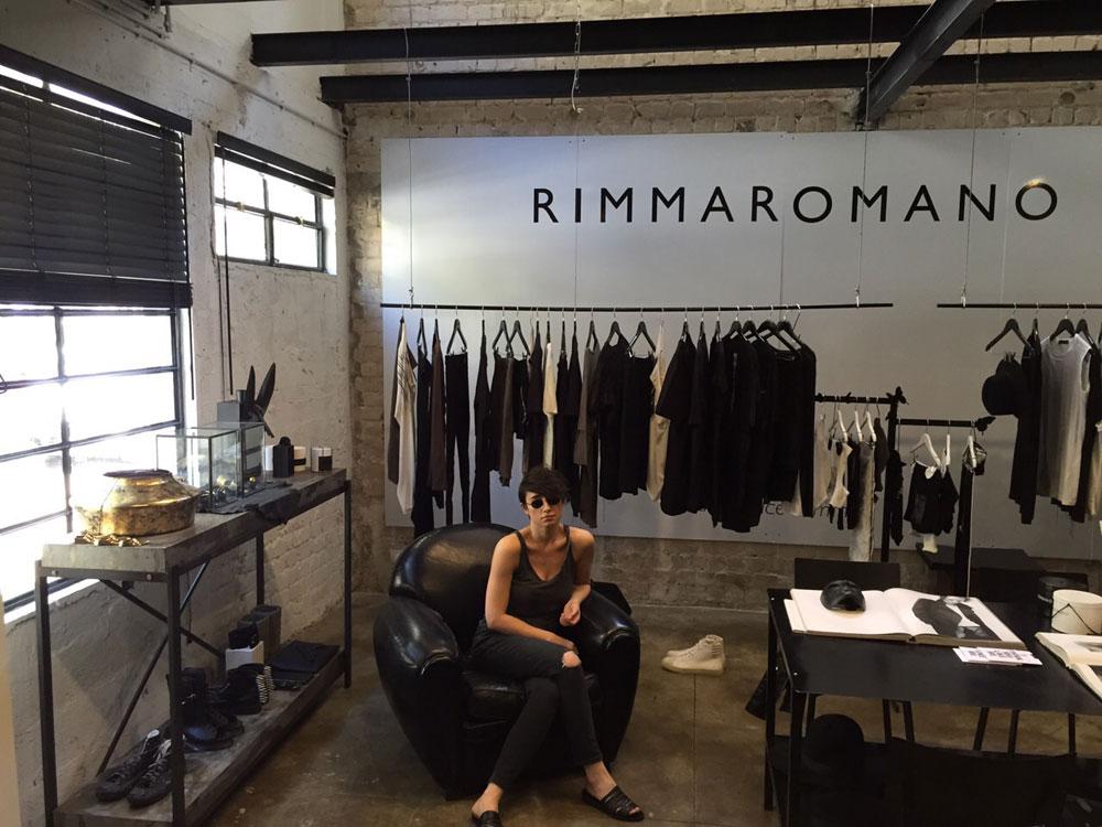 """רימה רומנו בסטודיו של המותג. """"בגלל שאין לי השכלה פורמלית באופנה, אני עובדת אחרת. אין לי סקיצות. אני באה לתדמיתנית ומסבירה לה בכל מיני צורות, גם עם הידיים, מה בדיוק אני רוצה"""" (צילום: ציפי רומנו)"""