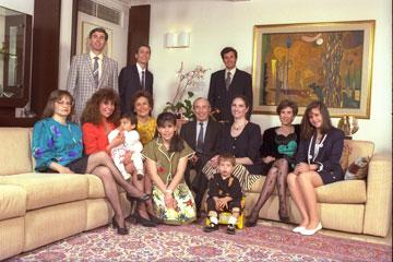 הדירה לא השתנתה. חיים הרצוג ומשפחתו (בוז'י עומד מאחור) (צילום: יעקב סהר)