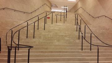 המדרגות היורדות לתערוכת הקבע (צילום: ענת ציגלמן)