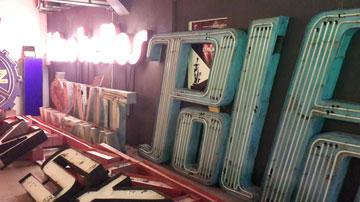 שלטים משופצים וכאלה שמחכים לתורם, במוזיאון הניאון (צילום: ענת ציגלמן)