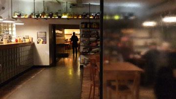 העיצוב מזכיר מסעדת פועלים, המנות ברמה של מסעדת שף מכוכבת (צילום: ענת ציגלמן)