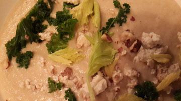 למשל, מרק שורשים לבן עם אגוזי לוז מעושנים, עלים וגבינת רוקפור (צילום: ענת ציגלמן)