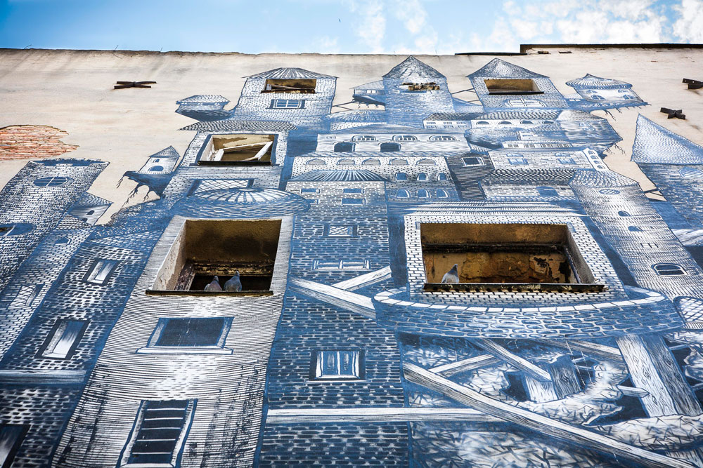 מבט מקרוב על עבודה של האמן הבריטי phlegm, שהוזמן לעטר קיר של בניין נטוש, במסגרת פסטיבל ציורי רחוב ב-2012 (צילום: אסי חיים)