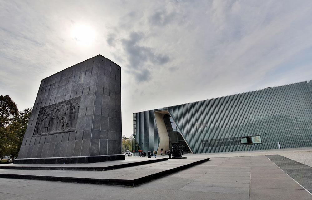 ''מוזיאון פולין'' החדש שנחנך בלב מה שהיה גטו ורשה, לצד האנדרטה. מבחוץ מבנה אדריכלי מרשים, בתכנון משרד האדריכלים הפיני Lahdelma & Mahlamaki, מבפנים תצוגת קבע בהשקעה של עשרות מיליונים של דולרים. התצוגה מרתקת ומסחררת, ולכן כדאי להתמקד ולבחור תקופה מתוך אלף שנות ההיסטוריה היהודית שהיא מכסה (צילום: posztos/shutterstock)