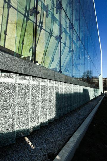 מוזיאון ''פולין'' צופה בלוחות זכוכית שמשקפים את שכונת המגורים סביבו, על חורבות גטו ורשה ההרוס, ועליהם מודפסות אותיות עבריות (צילום: Ministry of Foreign Affairs of the Republic of Poland, cc)