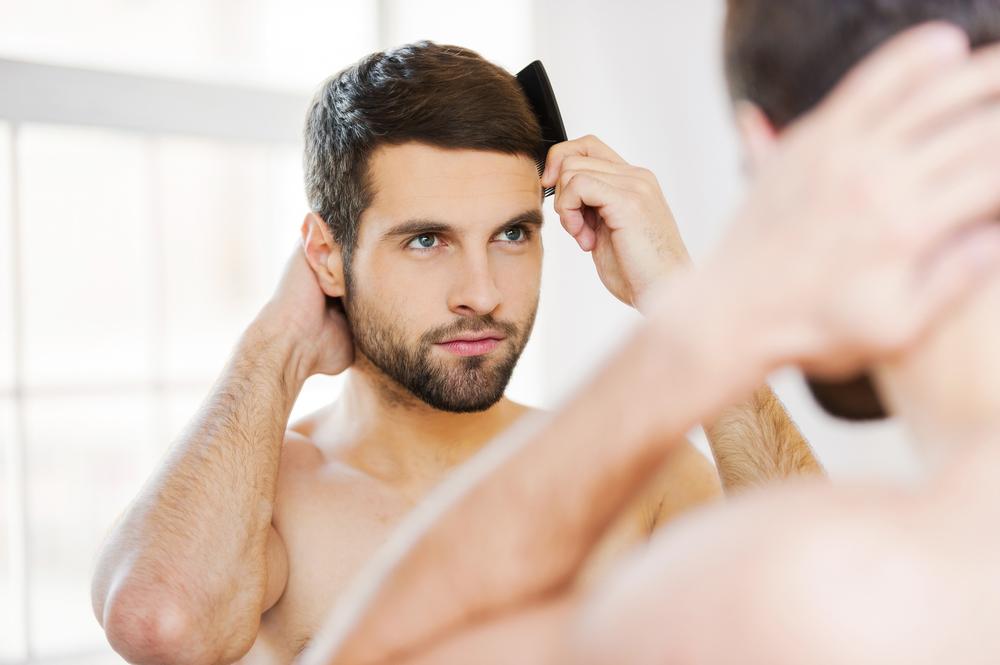 23 פעמים ביום. גבר מסתכל במראה (צילום: shutterstock)