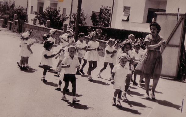 כל הרחוב ידע ששבועות הגיע. רות ראונר צועדת עם הילדים