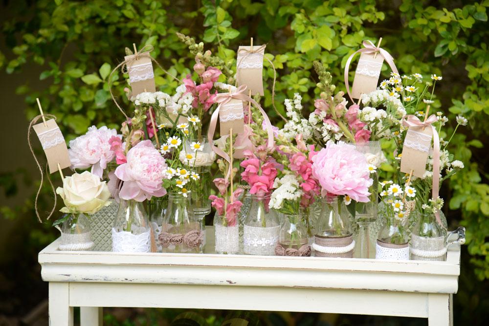 לעיצוב שולחן שונה וייחודי השתמשו בבקבוקים מעוצבים בגדלים שונים (צילום: מיה לוי)