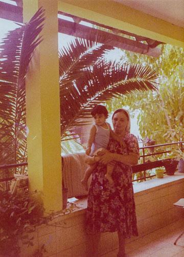 ועם סבתו גליה (צילום מתוך האלבום המשפחתי)