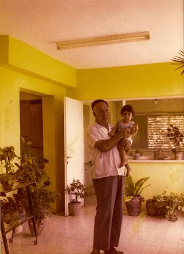 רותם גיא הקטן עם סבו רחמים חג'ג', במרפסת הבית (צילום מתוך האלבום המשפחתי)
