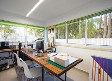 חדר התפירה של הסבתא הפך לחדר העבודה של הנכד. שולחן התפירה מצא את מקומו מחדש (צילום: יואב פלד, Peled studios)