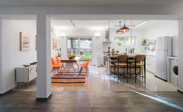 מבט מהסלון למטבח (צילום: יואב פלד, Peled studios)