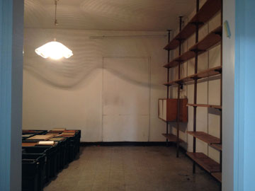 ''לפני''. ספריית העמודים הישנה נשארה במקום, הפתח לחלק אחר של הבית נאטם (צילום: רותם גיא)