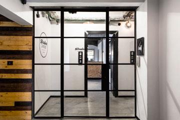 דלתות מברזל שחור. הכניסה ל-Shake Design (צילום: איתי בנית)