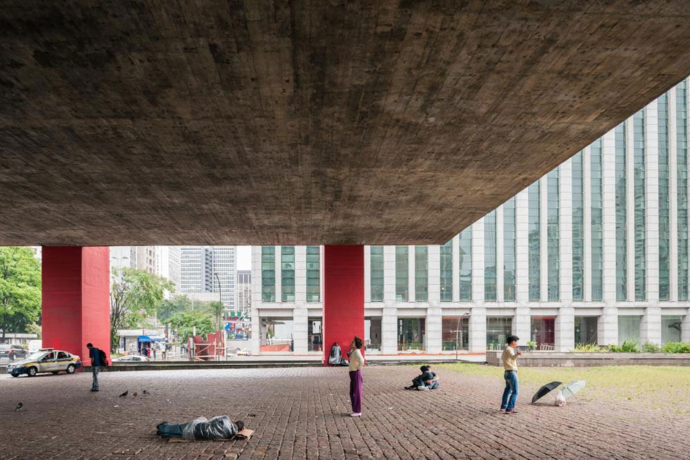 ההחלטה לתלות את תיבת הבטון מעל הרחוב הותירה מקום לחלל העירוני, והפכה את המבנה לנקודת-ציון בעיר הענקית (צילום: © Iñigo Bujedo Aguirre  )