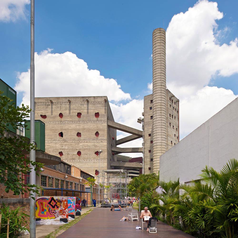 מרכז התרבות SESC Pompeia בסאו פאולו.  מפעל ישן היה אמור להיהרס, אך נשמר ונוספו לו מגדלים. ברוטליזם עם מגע אנושי (צילום: © Iñigo Bujedo Aguirre  )