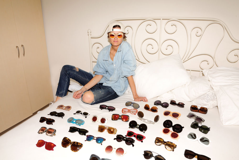 """""""אני קנאית לכל זוג וזוג. פיניתי מגירת נעליים בשביל משקפי השמש"""". אנה מרטירוסוב (צילום: אורית פניני)"""