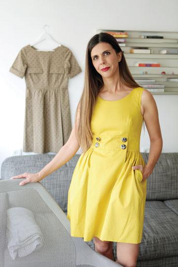 """""""אני מאוד אוהבת בגדים קלאסיים ונשיים, אבל חשוב לי שיהיה להם טוויסט ייחודי"""". מיכל עזר (צילום: אורית פניני)"""