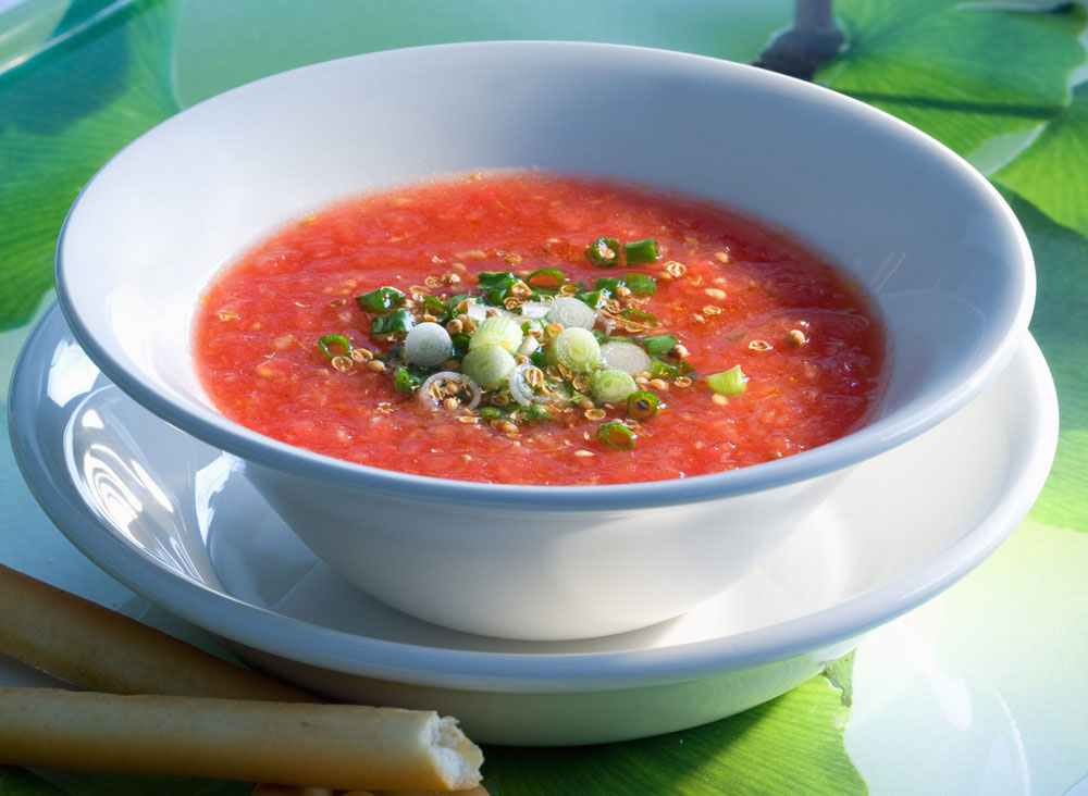 מרק עגבניות קר עם בצל ירוק (צילום: דני לרנר, סגנון: פסי ברניצקי)
