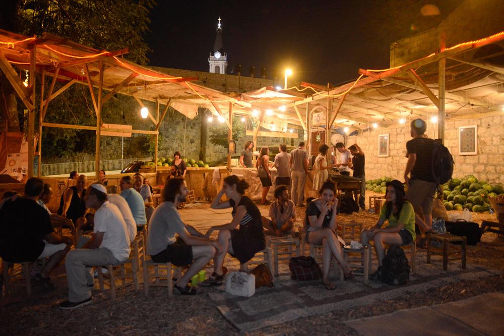 """""""נקודת מפגש"""" בבאסטת האבטיחים הירושלמית באחת השנים הקודמות. """"האבטיח היה מפלטם של העניים בזמן העבדות של השחורים בארה""""ב"""", מסביר המנהל האמנותי מתן ישראלי, """"והוא בעל הקשרים לאומיים גם עבור הפלסטינים""""  (צילום: יאיר מוס)"""