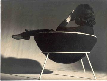 בו ברדי על Bowl Chair, שאותו עיצבה ב-1951 (צילום: LB & Roberto Sena, cc)
