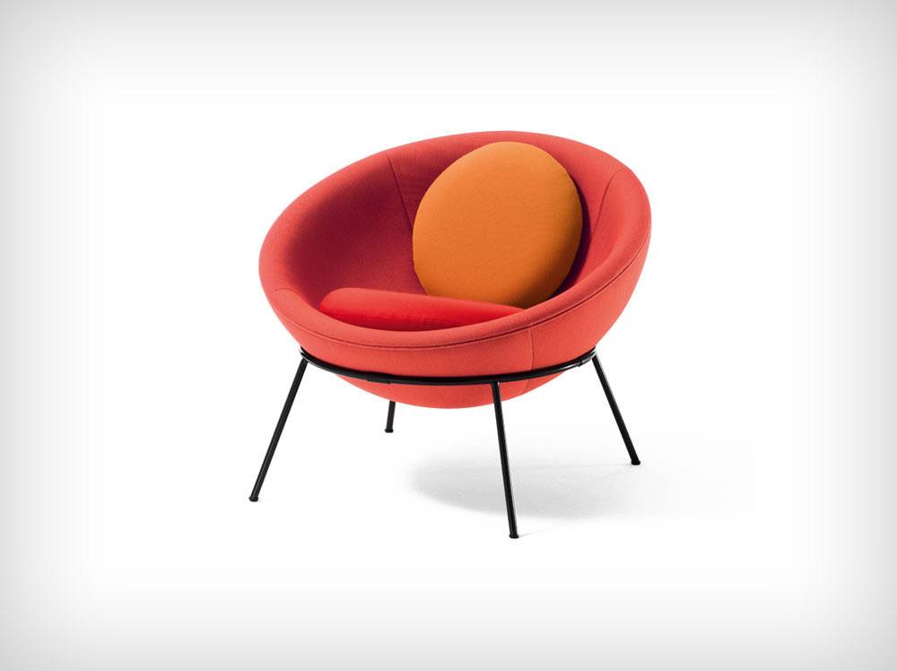 הכיסא האיקוני של בו ברדי, Bowl Chair, עוצב ב-1951 ונשכח. כעת הוא יוצא במהדורה חדשה ומוגבלת ע''י Arper, כחלק מהגילוי מחדש (מתוך bardisbowlchair.arper.com)