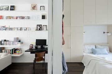 בפינת הקיר המשותף לחדר ההורים ולסלון תוכננה פינת עבודה (צילום: גדעון לוין, ''181 מעלות'')