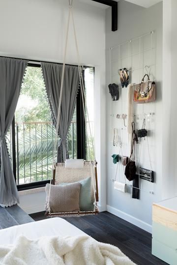 וילונות מסך וערסל בחדר ההורים (צילום: גדעון לוין, ''181 מעלות'')