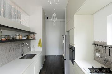 המטבח (מבט מכיוון המרפסת למסדרון) (צילום: גדעון לוין, ''181 מעלות'')