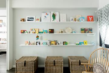 קיר עם מדפים לספרים גם בחדר הילדים (צילום: גדעון לוין, ''181 מעלות'')