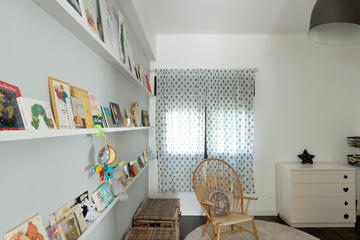 כיסא עץ וארגזי נצרים בחדר הילדים (צילום: גדעון לוין, ''181 מעלות'')