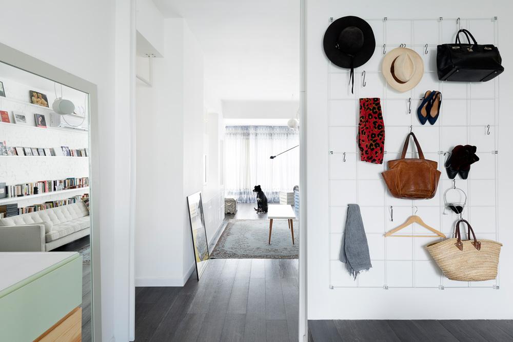 מבט אל הקיר שבין חדר ההורים לסלון. רשת ברזל משמשת לתלייה של אביזרים, כובעים ותכשיטים (צילום: גדעון לוין, ''181 מעלות'')