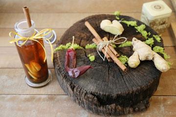 תה ירוק, ג'ינג'ר וקינמון: המרכיבים מצטיינים בהאצת זרימת הדם, ומתוך כך הם מגבירים את חילוף החומרים (צילום: עודד חוברה)