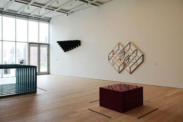 גלריית פסלים ויציאה למרפסת בקומה השישית. בין המציגים: סמיתסון, לאבינג, ג'אד ומקראקן (צילום: ברק פליסקין )