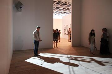 מבקר מנציח את עצמו במיצב של פול צ'אן (צילום: ברק פליסקין )