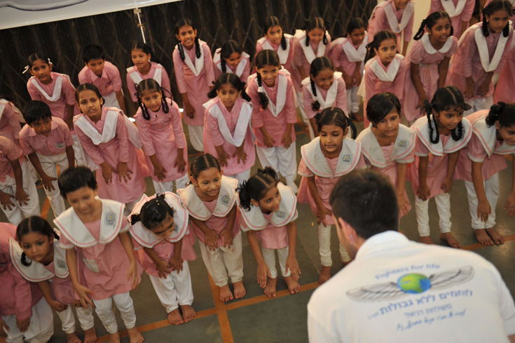 אחד מחברי העמותה עם ילדות הודיות. חלקן למדו קרב מגע כדי להתגונן מפני אנסים (באדיבות ארגון ''לוחמים ללא גבולות'')