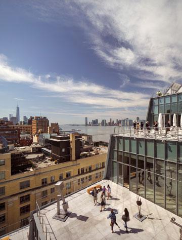 מבט מהמרפסת בקומה השמינית לזו שבקומה השביעית, ובה פסלים של דיוויד סמית (צילום: Nic Lehoux)
