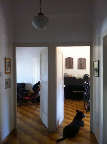 מבט מהמבואה אל הסלון וחדר השינה, לפני השיפוץ (באדיבות סטודיו מטקה)
