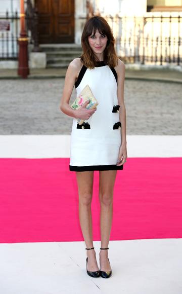 אלכסה צ'אנג בשמלה לבנה עם עיטורים שחורים (צילום: gettyimages)