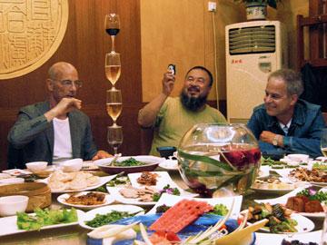 הצוות המשולש: פייר דה מרון (מימין), איי ווי ווי וז'אק הרצוג (צילום:  C and T Film AG)