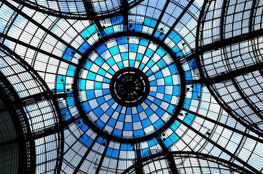 כיפת הגראנד פאלה כוסתה לסירוגין ביריעות כחולות. מתחת לכיפה מעין ''קרחת יער'' בין העיגולים הצבעוניים, שבה הוצבו במות מכוסות מראות. כשאין במקום אירועים - המבקרים יכולים לעלות עליהן ולהביט דרכן בהשתקפויות (צילום: Daniel Buren ADAGP Paris Photo Didier Plowy)