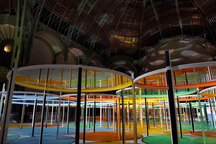 במשך היום אור טבעי שוטף את האולם, ובלילה שופכת עליו תאורה מלאכותית אור אחר (צילום: Daniel Buren ADAGP Paris Photo Didier Plowy)