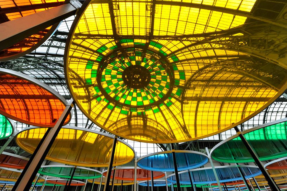 יצירתו של דניאל בוראן בגראנד פאלה בפריז. 377 מסגרות עגולות שעליהן יריעות פלסטיק בארבעה גוונים - כחול, צהוב, ירוק וכתום (צילום: Daniel Buren ADAGP Paris Photo Didier Plowy)