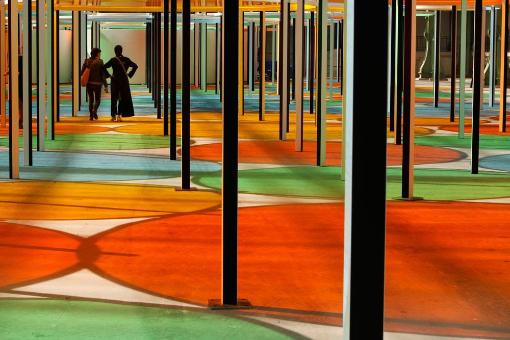 גובה הצבת האלמנטים הצבעוניים נקבע לפי גובה הדירות הממוצעות בבירה הצרפתית, כדי להעצים את המתח בין החלל החופשי העצום במבנה לבין קנה המידה האנושי  (צילום: gettyimages)