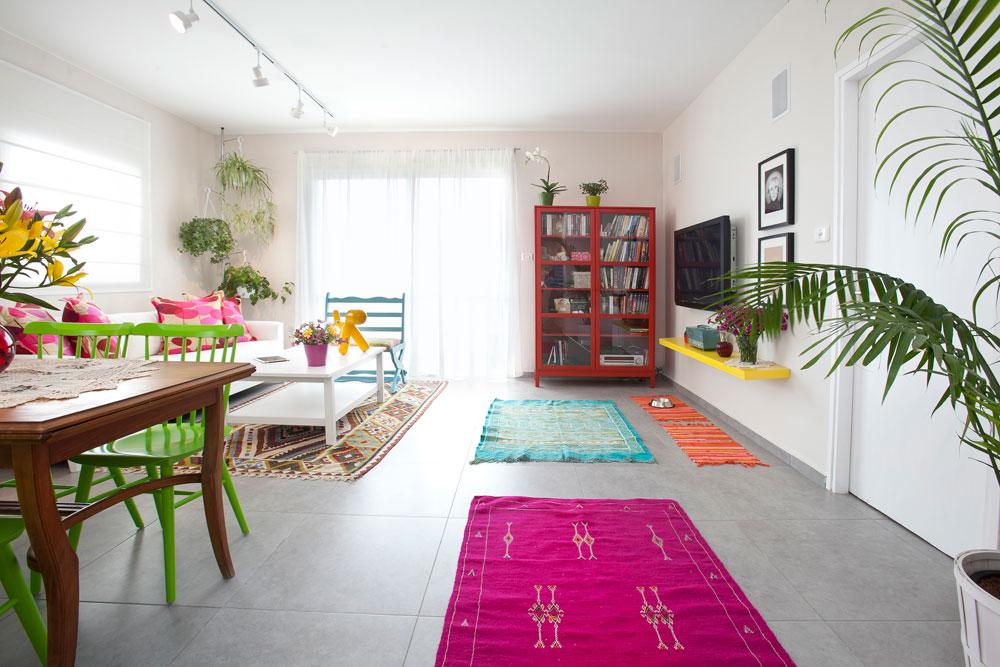 היה ברור שהדירה תהיה צבעונית ומאובזרת בהרבה פריטים, ולכן לתקרה נבחרה תאורה נקייה ובהירה של פסי צבירה וספוטים (צילום: שירן כרמל)
