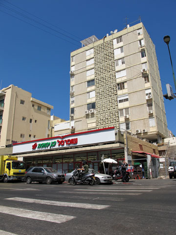 שינוי בתרבות המגורים. בניין המגורים ברחוב בן יהודה (צילום: מיכאל יעקובסון)